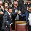 Alexis Tsipras (l.) nimmt Glückwunsche seiner Parteifreunde entgegen.