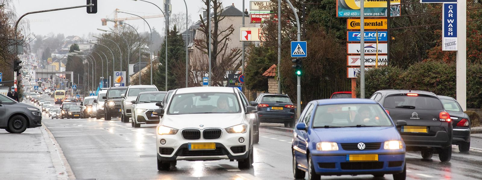 Die Route d'Arlon teilt die Ortschaft Strassen in zwei Hälften, was der Schaffung eines Dorfkerns nicht gerade förderlich ist.