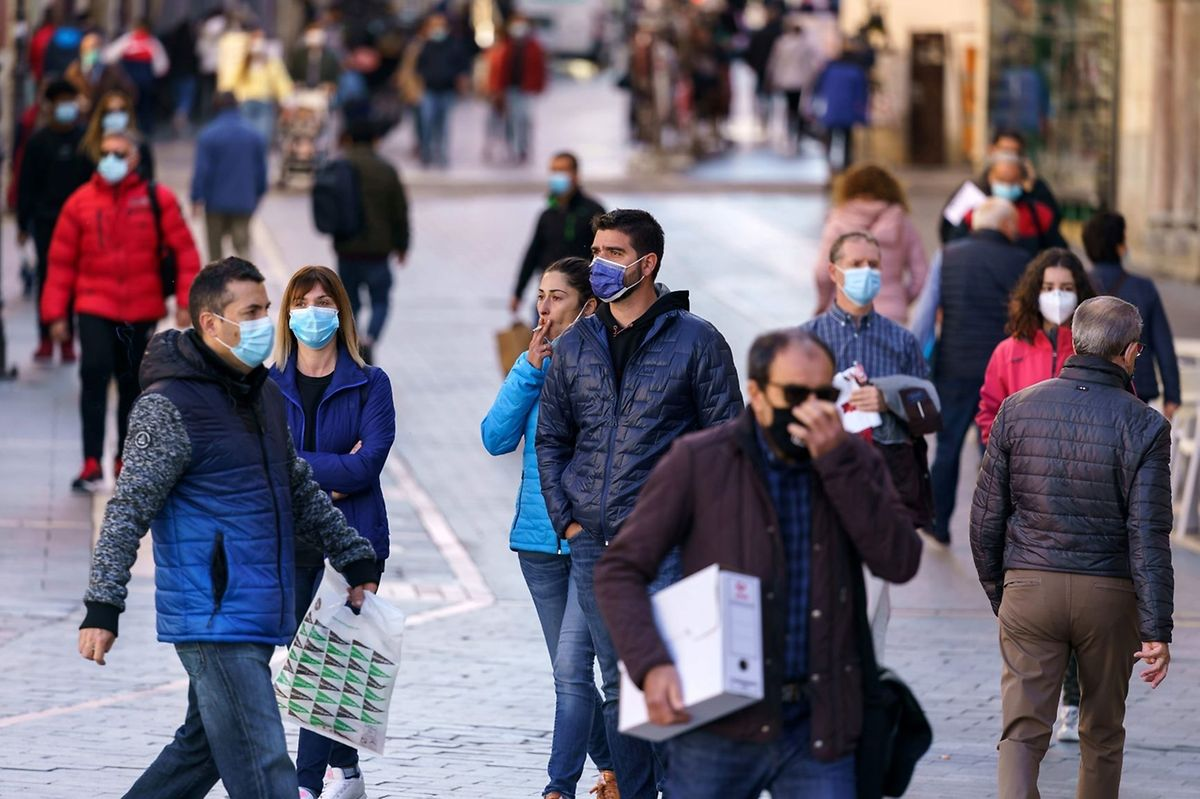People wearing face masks walk in Leon, northern Spain, on October 7, 2020 Photo: AFP