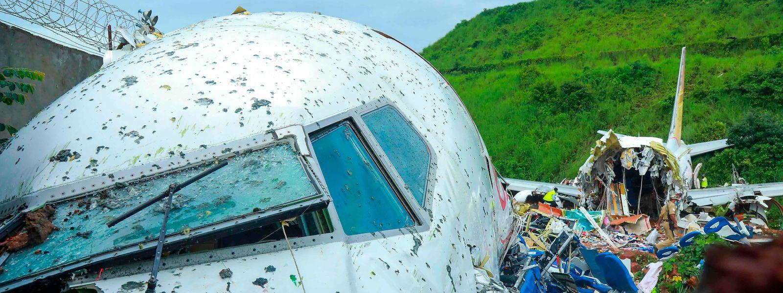 Die Maschine stürzte nach einem missglückten Landemanöver in einen zehn Meter tiefen Graben.