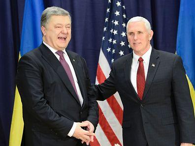 Der ukrainische Präsident Petro Poroshenko mit US-Vizepräsident Mike Pence in München.