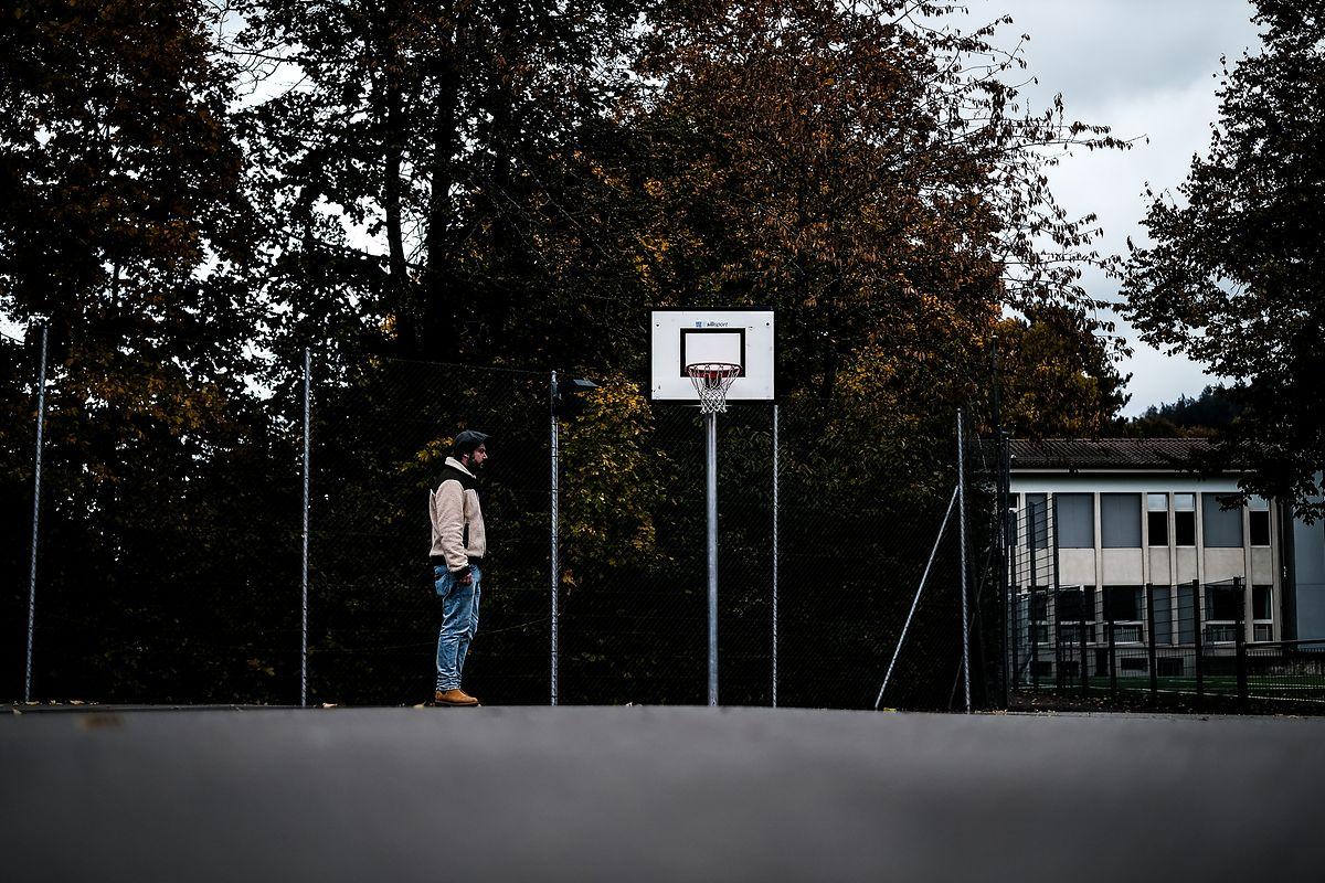 Era neste campo de basquetebol que os rapazes gastavam os dias.