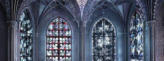 Delvoye schuf die sechs Tonnen schwere Kapelle mit subversiv bebilderten Kirchenfenstern aus provokante Röntgenbilder von Skeletten, Gedärmen und abstruser Objekten.
