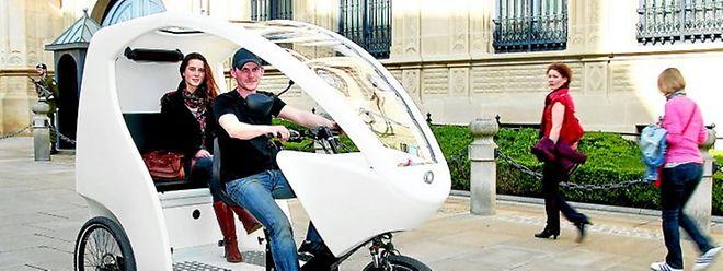 """Mit dem """"Vélo-Cab"""" kommt man bequem von einer Sehenswürdigkeit wie dem großherzoglichen Palais ..."""