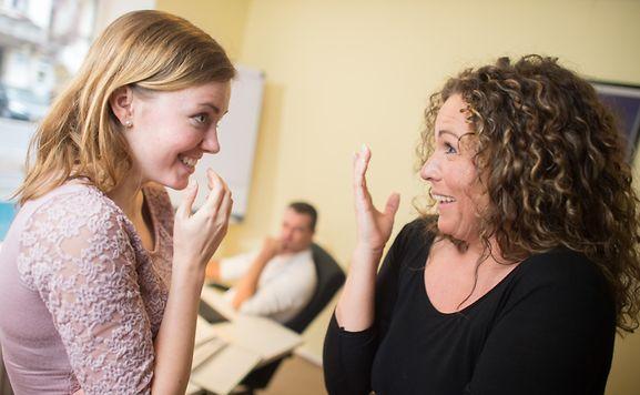 Berufsanfänger vermeiden Gerüchte über die eigene Person, indem sie den Kollegen von sich aus ein wenig aus ihrem Privatleben erzählen.