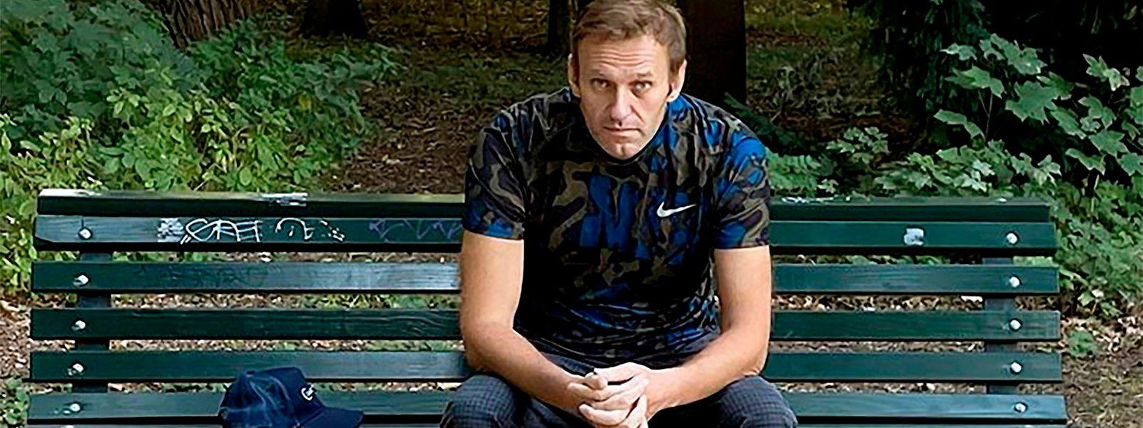 Alexey Nawalny rastet auf einer Parkbank in Berlin. Der Kremlgegner wurde vor kurzem aus dem Krankenhaus entlassen.