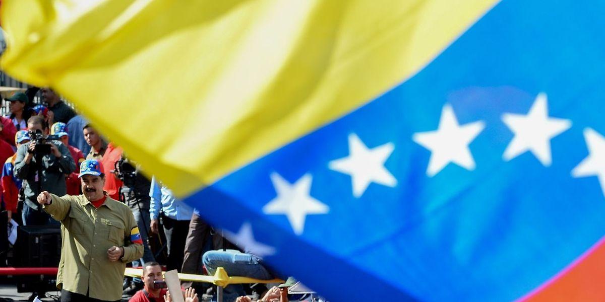 Venezuela steckt politisch und wirtschaftlich am Abgrund. Das Land mit den größten Ölreserven leidet unter Hyperinflation und Devisenmangel, die Regierung kann kaum noch Lebensmittel und Medikamente im Ausland kaufen.