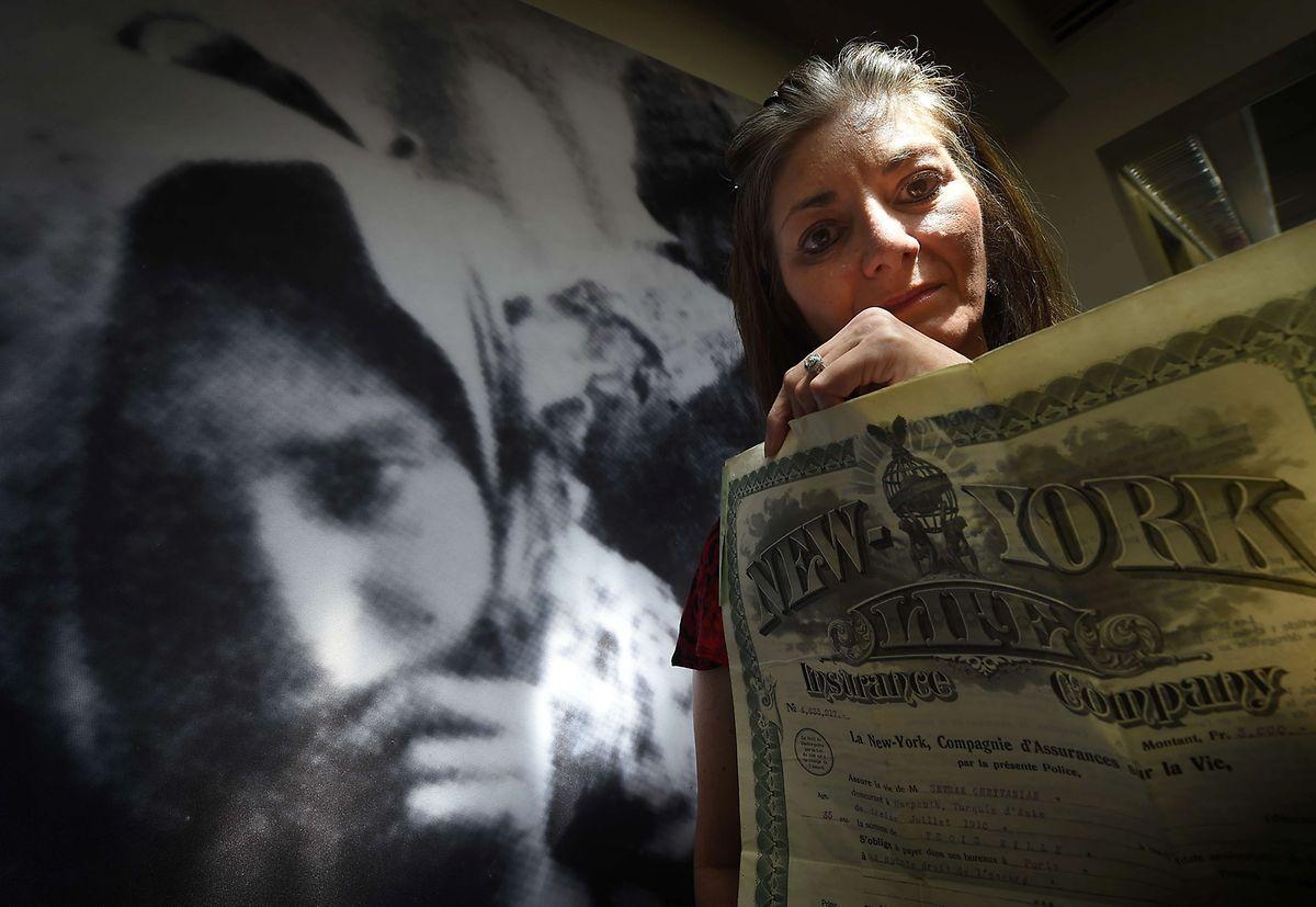 Die US-Bürgerin Andrea Marootian hat zehn Familienmitglieder beim Massenmord an den Armeniern 1915 – 1917 verloren. Die Dokumente ihres überlebenden Großonkels übergibt sie dem USC Shoah Foundation Center for Genocide Research in Los Angeles.