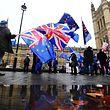 Demonstranten protestieren mit EU-Fahnen und der Nationalflagge des Vereinigten Königreichs vor dem Parlament in London.