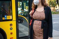 PRODUKTION - 02.09.2021, Berlin: Eine schwangere Frau wartet mit Mund-Nasen-Schutz an einer Haltestelle auf dem Bus. Die Ständige Impfkommission (Stiko) will sich am Freitagvormittag erneut zur Impfung von Schwangeren äußern. (zu dpa «Stiko will sich zur Impfung von Schwangeren äußern») Foto: Fernando Gutierrez-Juarez/dpa-Zentralbild/dpa +++ dpa-Bildfunk +++