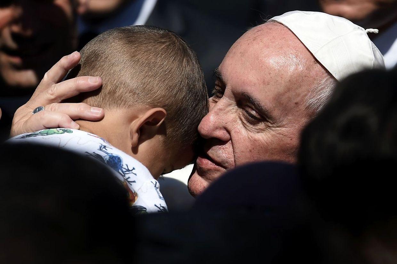 Papst Franziskus ist zu Besuch auf der griechischen Insel Lesbos. Zehn Flüchtlinge und Migranten begleiten ihn nach Rom.