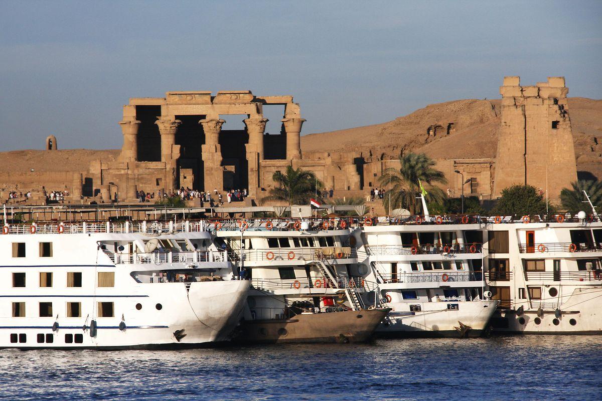 Flusskreuzfahrtschiffe auf dem Nil.