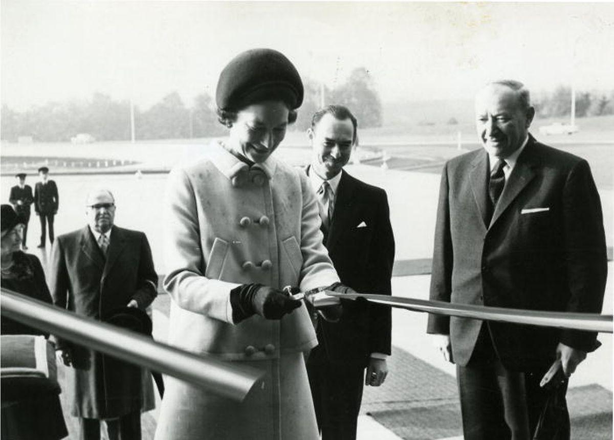 La Grande-Duchesse Joséphine-Charlotte inaugure en 1966 la tour du Kirchberg, le plus haut bâtiment du pays.