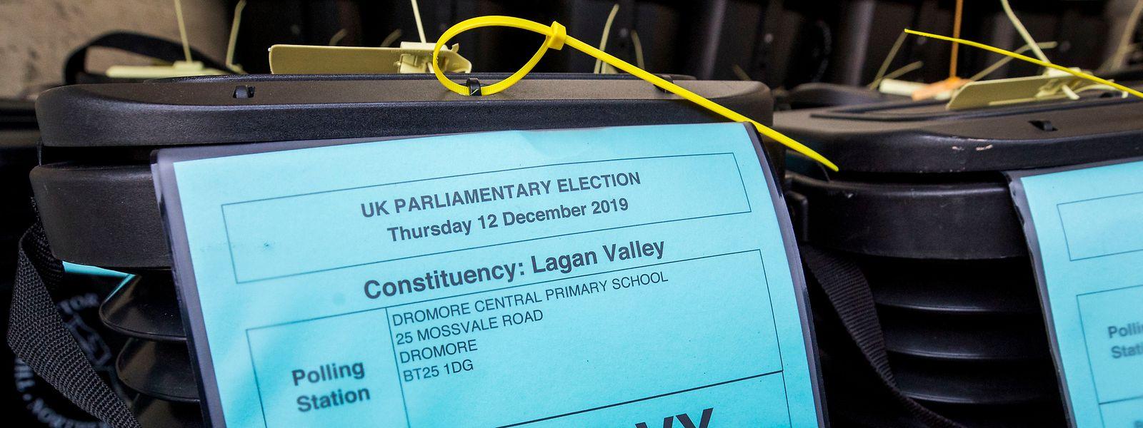Wahlurnen stehen in einem Lastwagen für den Transport zu Wahllokalen in Nordirland.