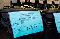 11.12.2019, Großbritannien, Antrim: Wahlurnen stehen in einem Lastwagen für den Transport zu den Wahllokalen. Die Parlamentswahl in Großbritannien könnte möglicherweise doch spannender werden als zuletzt gedacht. Laut Umfragen schrumpft der Vorsprung der Konservativen auf die Labour-Partei. Foto: Liam Mcburney/PA Wire/dpa +++ dpa-Bildfunk +++