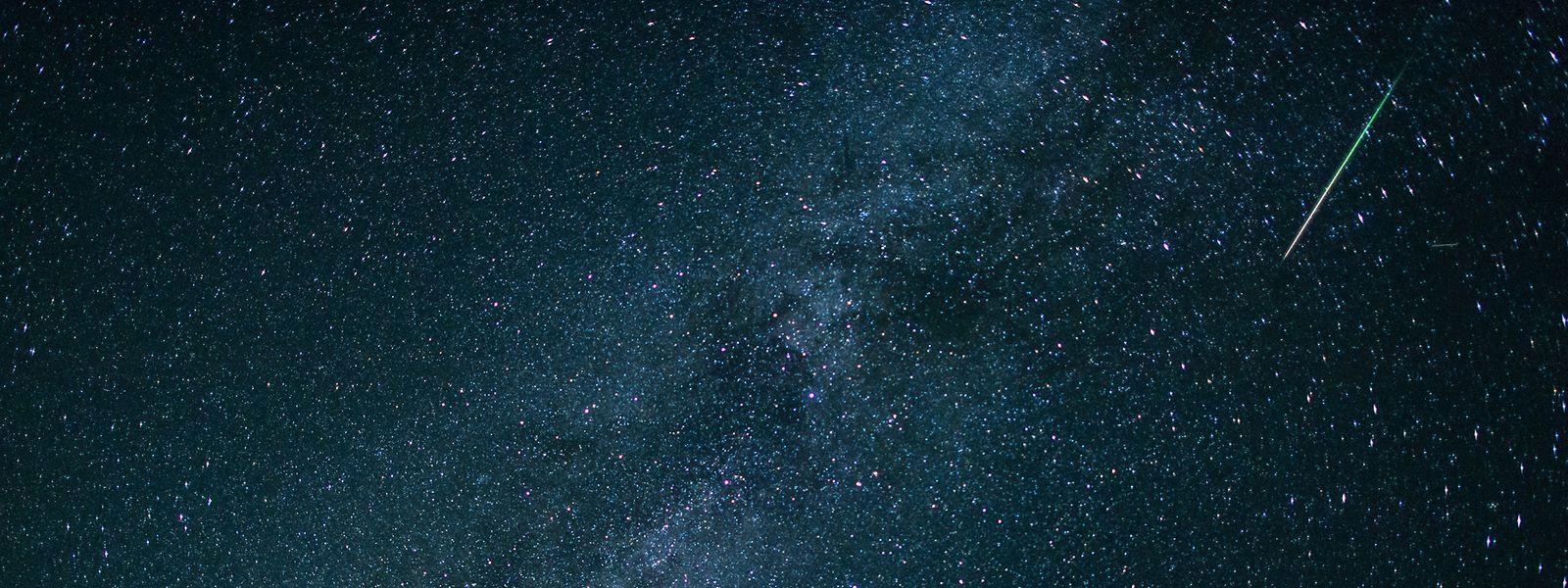 Eine Sternschnuppe leuchtet neben der Milchstraße am Himmel über dem Walchensee in Bayern (D). Jedes Jahr im August sind im Sternschnuppenstrom der Perseiden zahlreiche Sternschnuppen zu sehen.