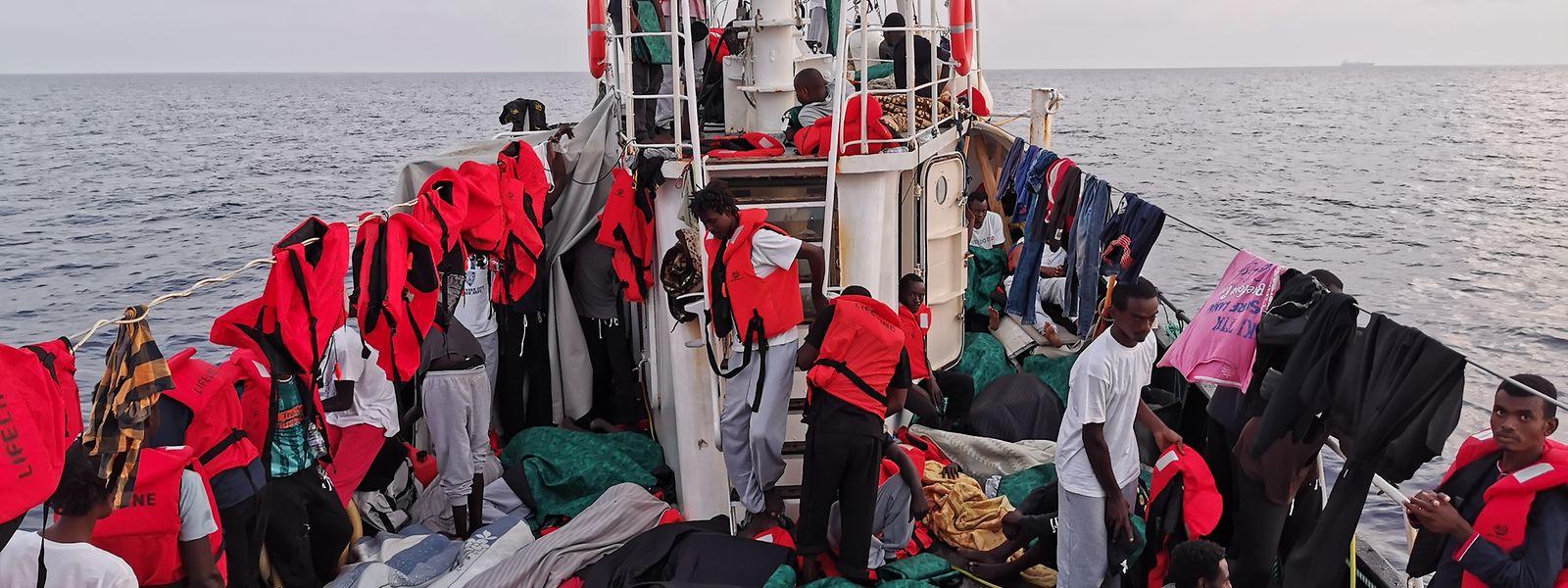 """Das Rettungsschiff """"Eleonore"""" mit 100 Flüchtlingen an Bord war seit Tagen auf der Suche nach einem sicheren Hafen."""