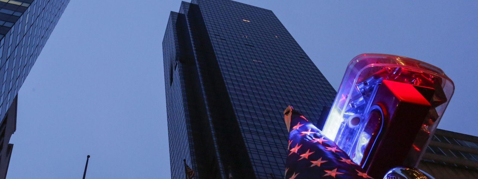 Kaputte und verbrannte Fenster: Das Feuer brach in der 50. Etage des Trump Towers aus.