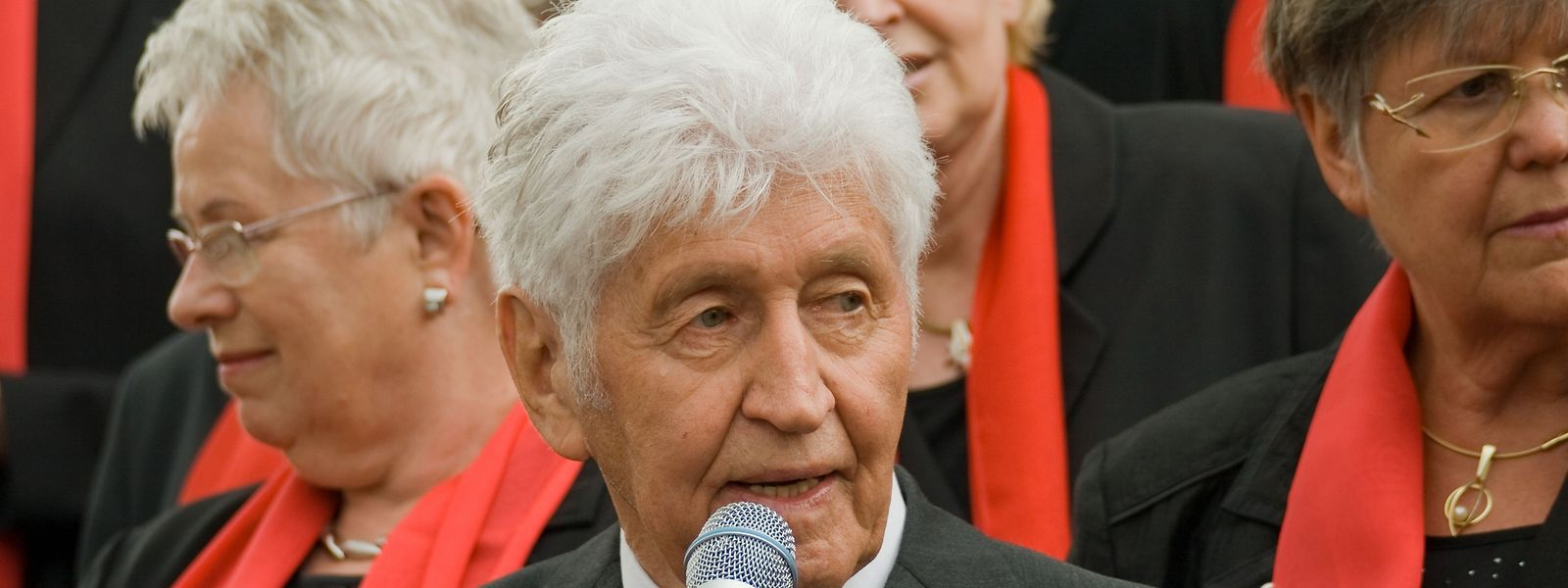 """Auch im Fernsehen war Gotthilf Fischer häufig zu sehen – vor allem als Gast in Volksmusik-Sendungen. Die von ihm initiierte ARD-Reihe """"Straße der Lieder"""" wurde 2008 nach zwölf Jahren eingestellt."""