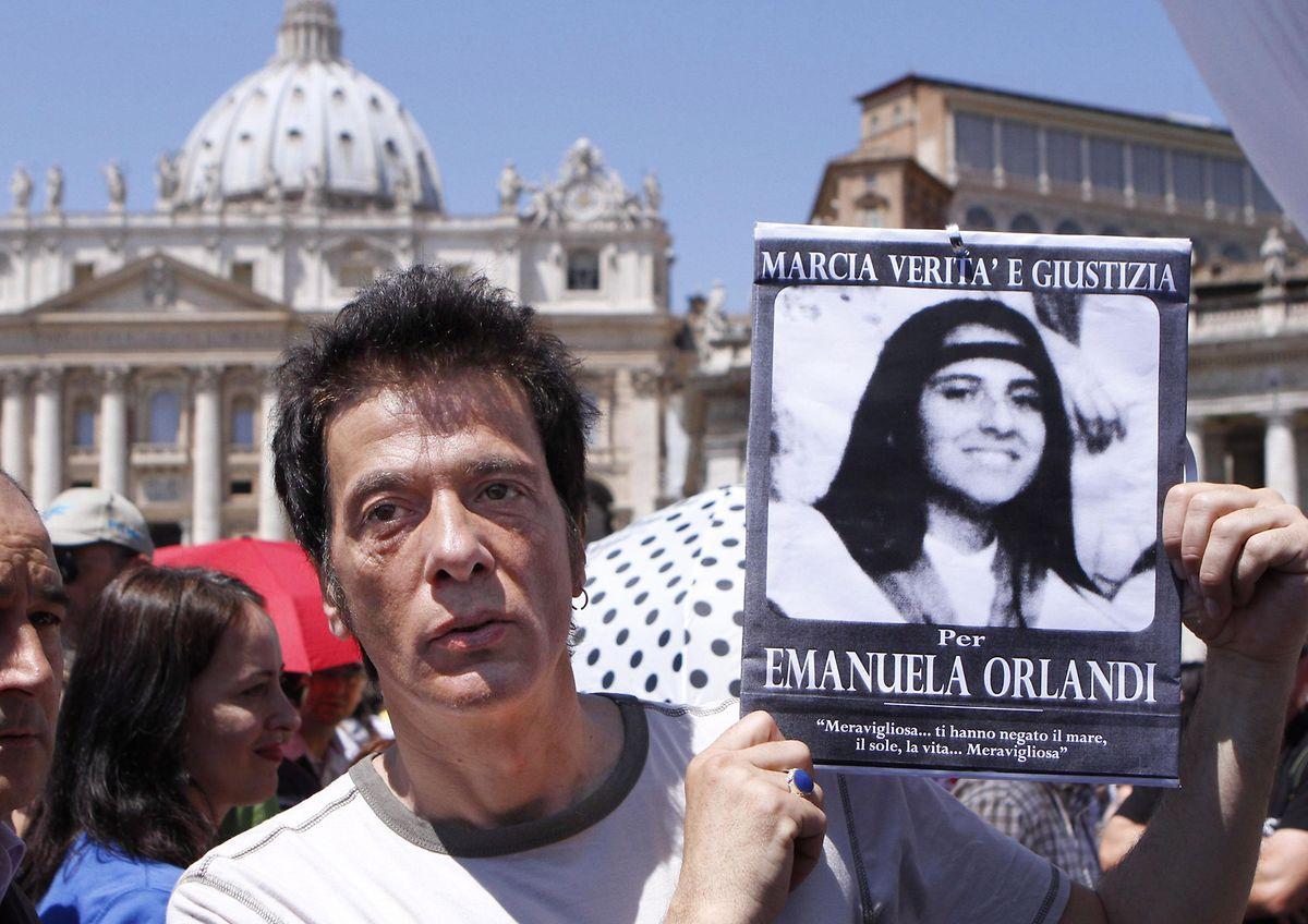 Pietro Orlandi, der Bruder der vermissten Emanuela Orlandi, hält auf dem Petersplatz seiner auf mysteriöse Weise verschwundenen Schwester in den Händen. Er versucht seit Jahren herauszufinden, was seiner Schwester damals zugestoßen ist. (Foto von 2012)