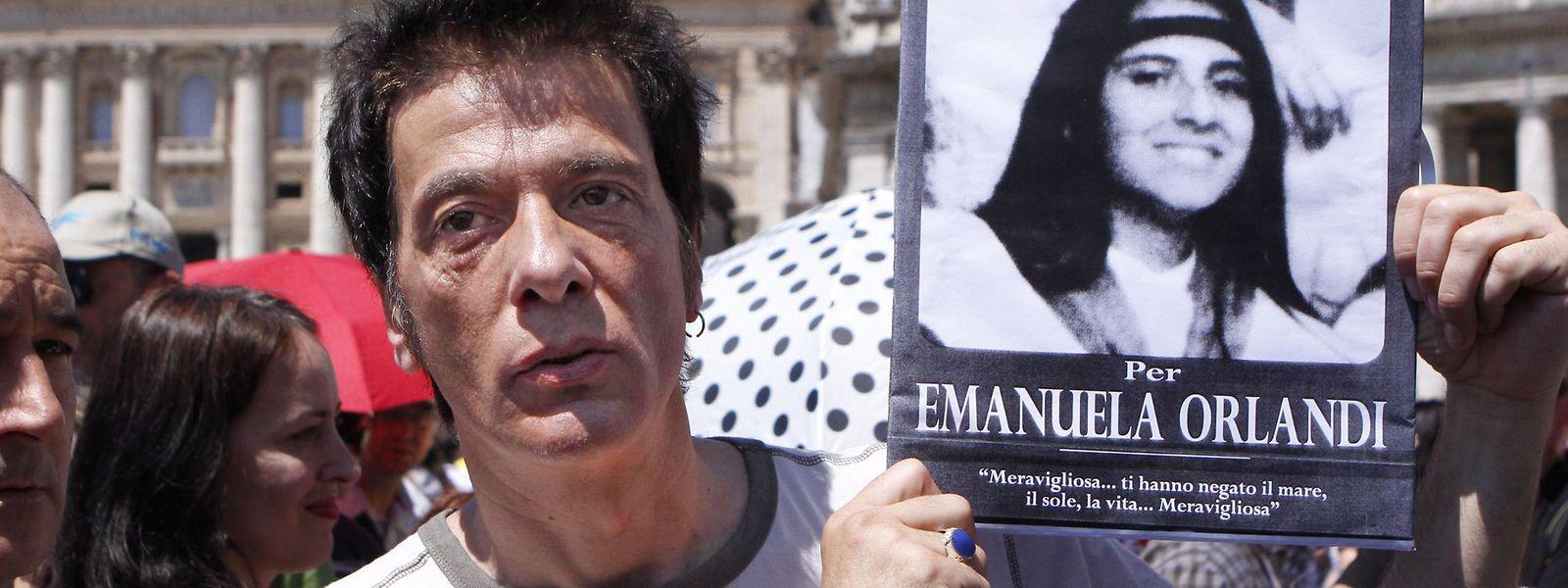 Pietro Orlandi, der Bruder der vermissten Emanuela Orlandi, hält auf dem Petersplatz ein Foto seiner auf mysteriöse Weise verschwundenen Schwester in den Händen.