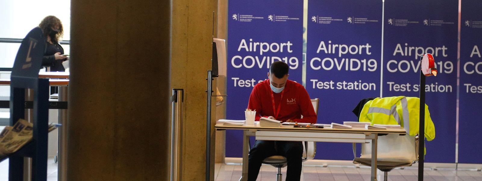 Dès leur arrivée dans l'aérogare, les passagers se voient proposer un bon pour un test à utiliser sur place ou dans un laboratoire extérieur.