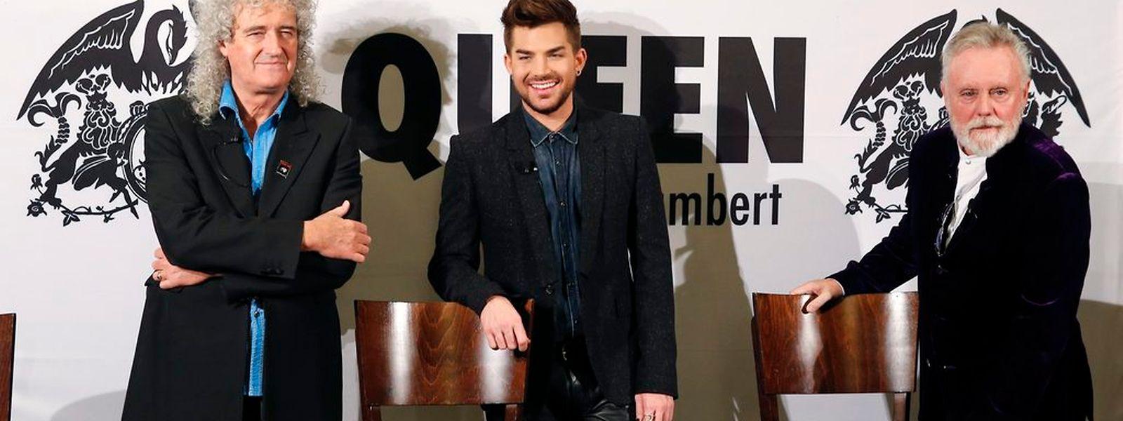Die altgedienten Heroen von Queen, Gitarrist Brian May (l.) und Schlagzeuger Roger Taylor (r.), stellten ihren jungen neuen Frontmann Adam Lambert in Berlin vor.