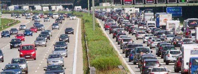 Ferienzeit ist Stauzeit - darauf sollten sich Autourlauber schon mal frühzeitig einstimmen.