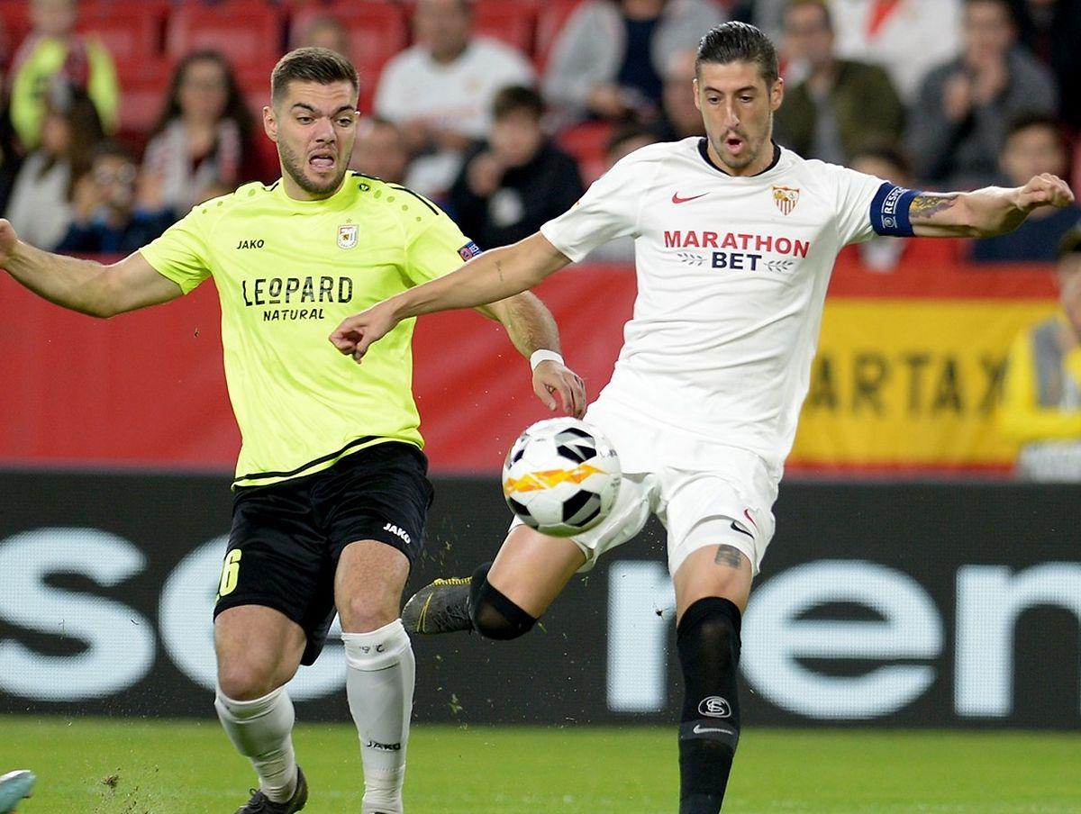 Averti à la 25e minute pour une faute de main volontaire, Thibaut Lesquoy (à g., avec le capitaine andalou Escudero) manquera le match retour contre le FC Séville, le 7 novembre au Josy Barthel