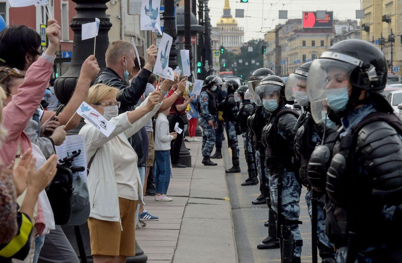 Sankt Petersburg: Auch in Russland bringen Demonstranten ihre Unterstützung für Belarus zum Ausdruck.