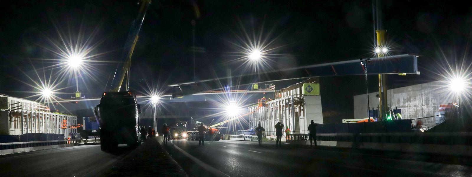C'est beau un chantier la nuit. Au-dessus de l'A3, les opérations vont durer une centaine d'heures ce week-end.