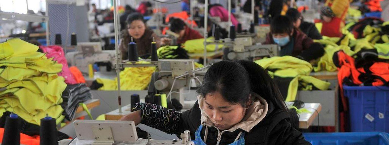 Die Augen der Konjunkturforscher richten sich nach China, das nach und nach wegkommen will von der billigen Massenproduktion.