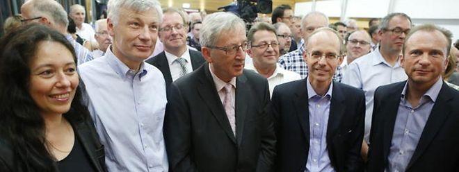 Die CSV stärkte ihrem Spitzenmann beim Kongress in Hesperingen demonstrativ den Rücken. Jean-Claude Juncker mit seinen Ministern Claude Wiseler (links, mit Ehefrau Isabel Wiseler) und Luc Frieden sowie Fraktionschef Gilles Roth.