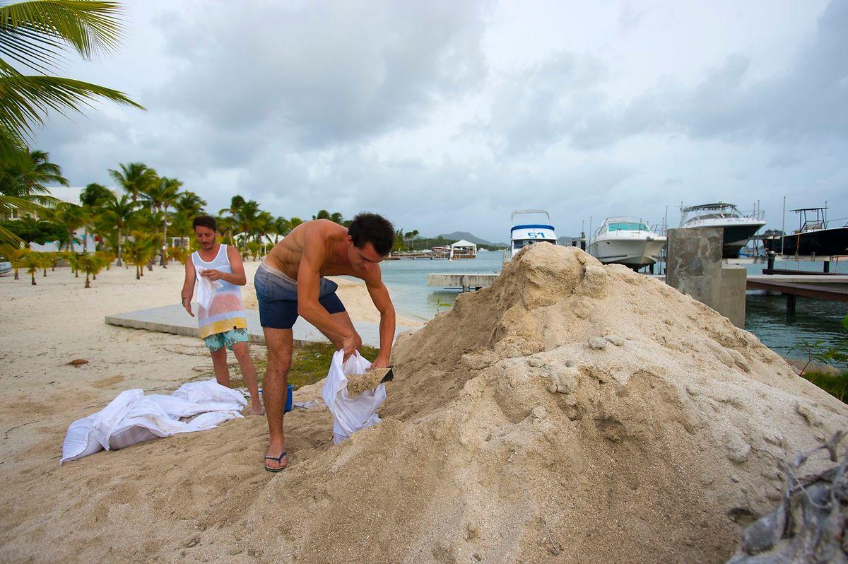 Hotelangestellte auf Saint-Martin befüllen Sandsäcke.