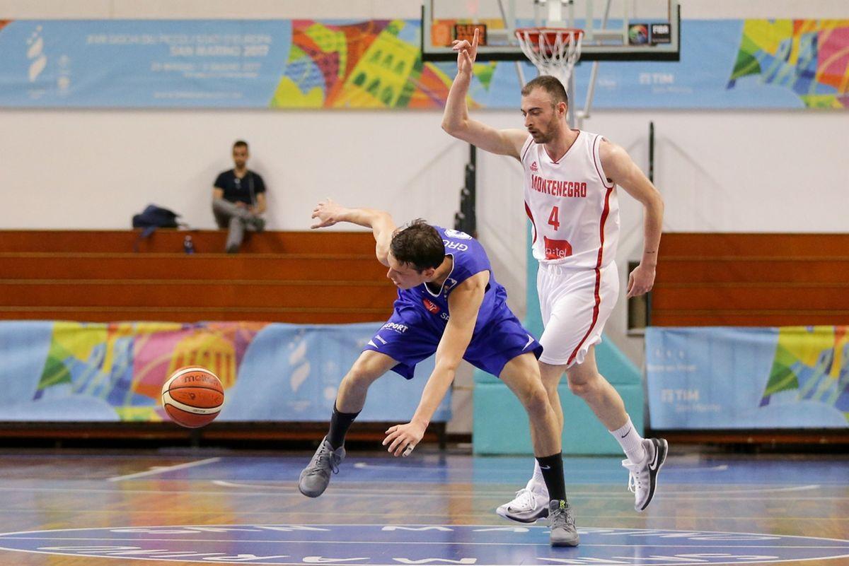 Thomas Grün en équilibre instable sous la pression de Nikola Pavlicevic. Les pertes de balle ont plombé le Luxembourg