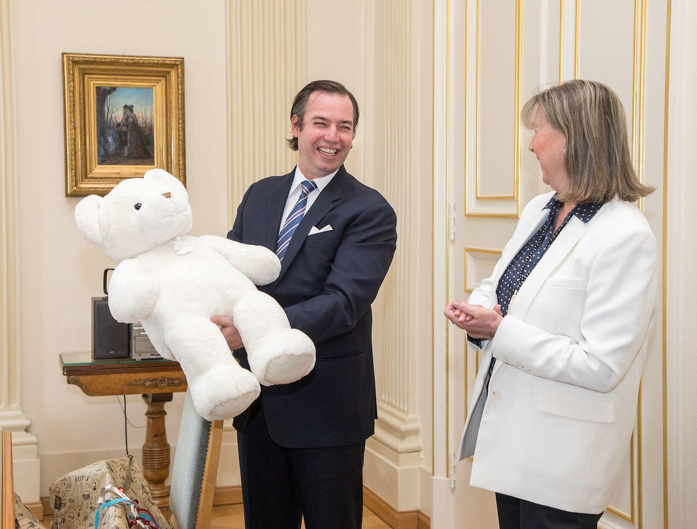13. Mai: Erbgroßherzog Guillaume trägt die Geburt seines Sohnes im hauptstädtischen Rathaus ein. Bürgermeisterin Lydie Polfer hat Prinz Charles zur Geburt einen großen, weißen Teddybären geschenkt.