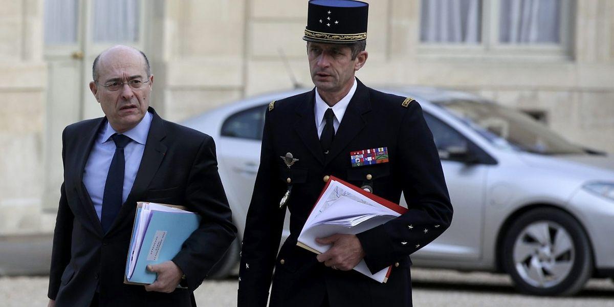 Le directeur de la police (à g.) Jean-Marc Falcone (DGPN) et le directeur général de la gendarmerie nationale Denis Favier (DGGN) arrivent à l'Elysée pour un conseil extraordinaire suite aux attaques terroristes sans précédent qui ont frappé la capitale française la veille.