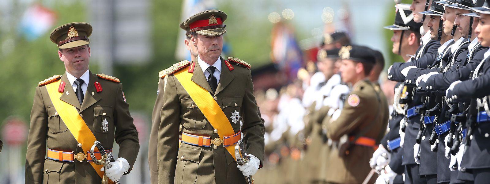 Großherzog Henri und Erbgroßherzog  Guillaume bei der Truppenparade am Nationalfeiertag.