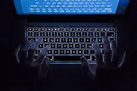 ABD0005_20170128 - ARCHIV - ILLUSTRATION - Ein Mann benutzt am 26.07.2016 in Stuttgart (Baden-WŸrttemberg) die beleuchtete Tastatur eines Notebooks (Szene gestellt). AufklŠren und Vorbeugen, bevor ein Schaden entstanden ist - daran ist der Polizei nicht nur beim Thema Einbruchschutz gelegen. Die Beamten bieten auch PrŠvention bei der IT-Sicherheit an - danach fragen aber fast nur Schulen und Senioren. (zu dpa ÇVortrŠge Ja, Beratung Nein - Polizei kaum gefragt zur IT-SicherheitÈ vom 28.01.2017) +++(c) dpa - Bildfunk+++