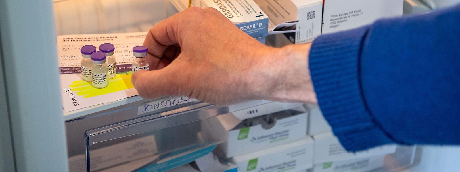 Le gouvernement n'a pas tenu compte de l'avis du Conseil supérieur des maladies infectieuses qui recommandait de ne plus employer l'AstraZeneca auprès des - de 54 ans. Préférant se baser sur l'expertise de l'Agence européenne des médicaments.