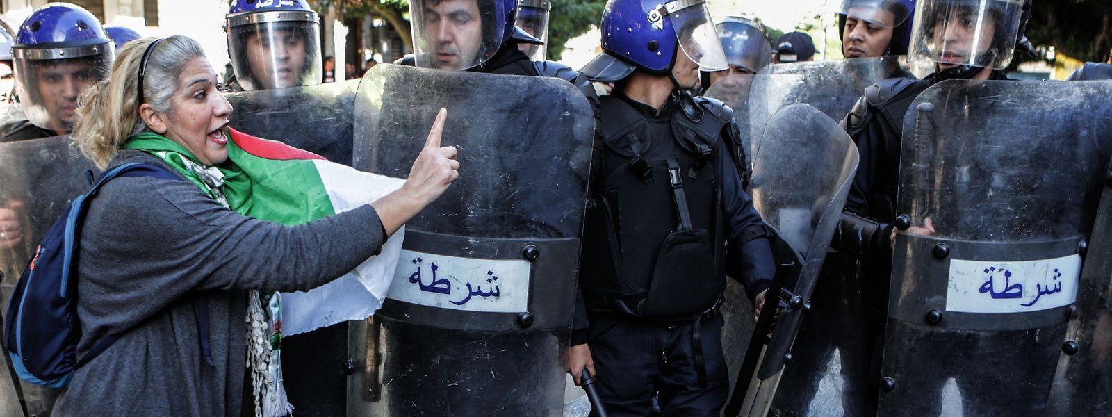 Die Wahl ist begleitet von Protesten. Die Demonstranten sehen die fünf Kandidaten als Teil der alten Machtelite.