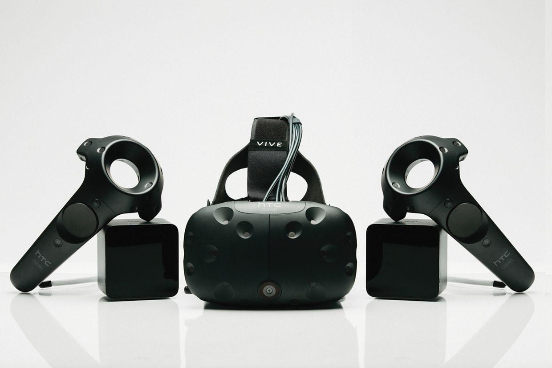 HTCs VR-Brille Vive gibt es von Haus aus mit Trackingmodulen und Controllern. Dafür kostet sie auch knapp 900 Euro.