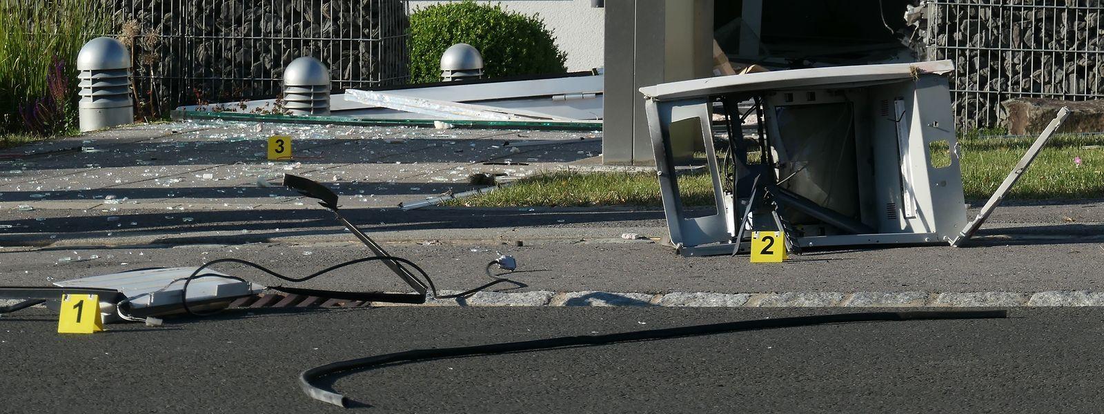 Der Geldautomat wurde bei der Explosion, wie von den Tätern beabsichtigt, aus der Wandhalterung geschleudert.