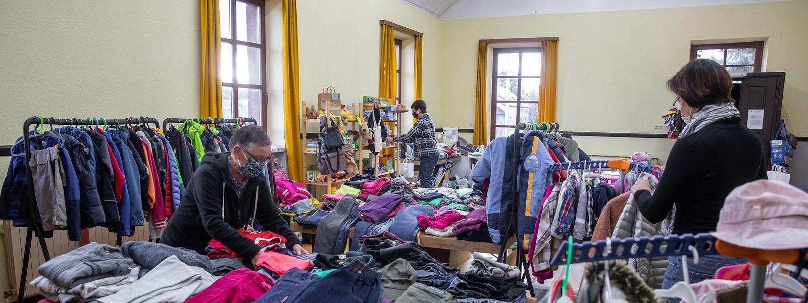 """Hosen, Pullis und Jacken in allen Größen: Gerade in der Corona-Zeit hat die """"Kleederstiffchen"""" viele Kleidungsspenden bekommen."""