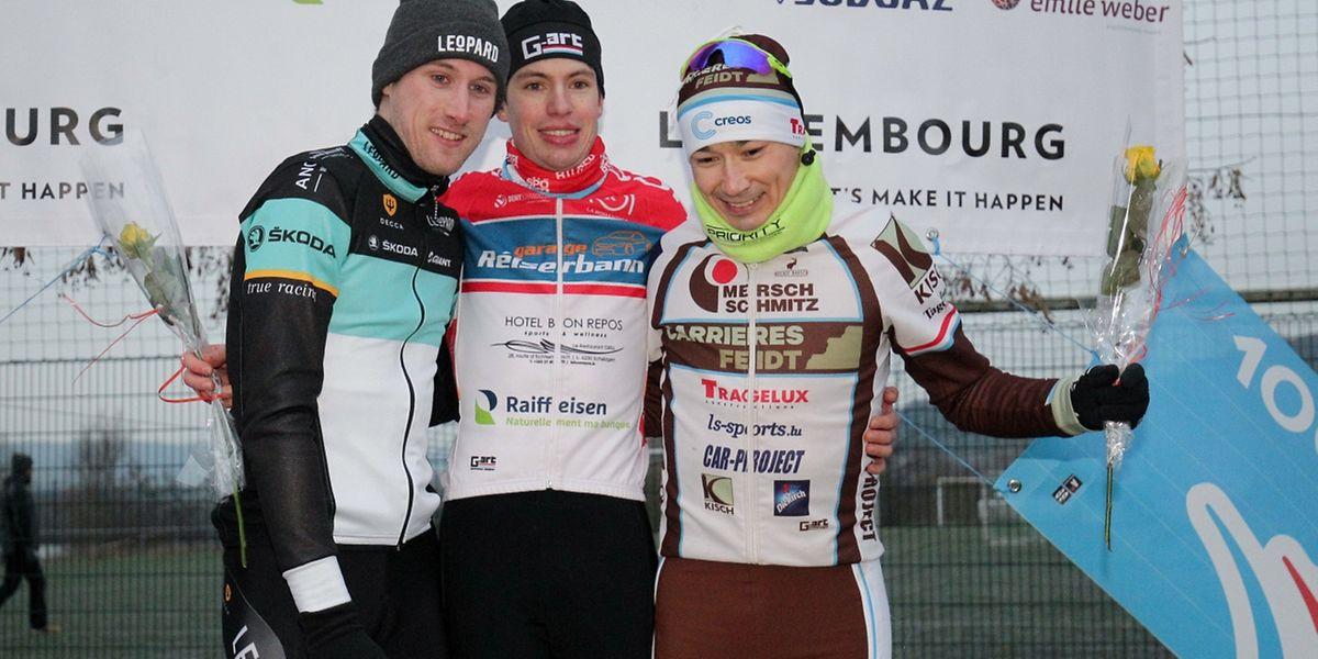 Le podium de la course élites: Pit Schlechter et Gusty Bausch au côté du nouveau champion Scott Thiltges.