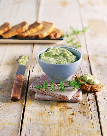 Wer es morgens eher deftig mag, startet mit einem Räucherlachs-Avocado-Dill-Aufstrich in den Tag. Dazu passt Dinkel-Roggen-Brot.