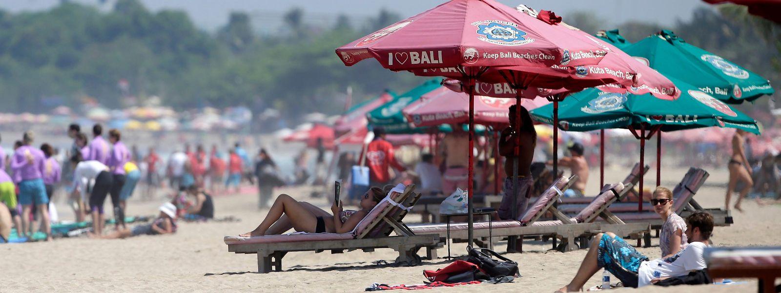 Touristen am Strand von Kuta - ein Bild aus vergangenen Tagen.