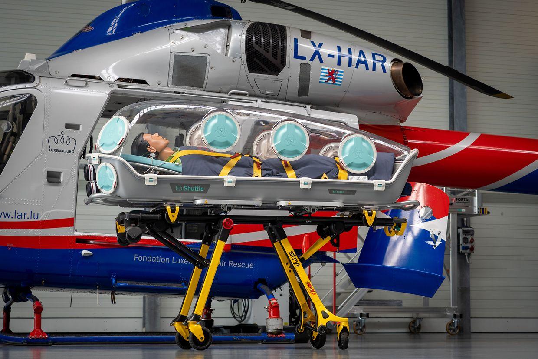 Über luftdichte Zugänge können die Patienten im EpiShuttle weiterhin behandelt werden. Das Infektionsrisiko für die Einsatzkräfte bleibt durch die Isolationsliege niedrig.