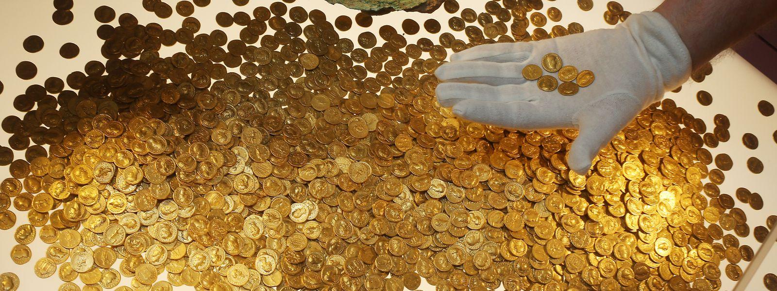 Der Numismatiker Karl-Josef Gilles platziert im Landesmuseum römische Goldmünzen in einer Vitrine. Es handelt sich um den weltweit größte Goldschatz der römischen Kaiserzeit: 18,5 Kilo schwer und rund 2600 Münzen stark. Vor 25 Jahren wurde er in Trier entdeckt.