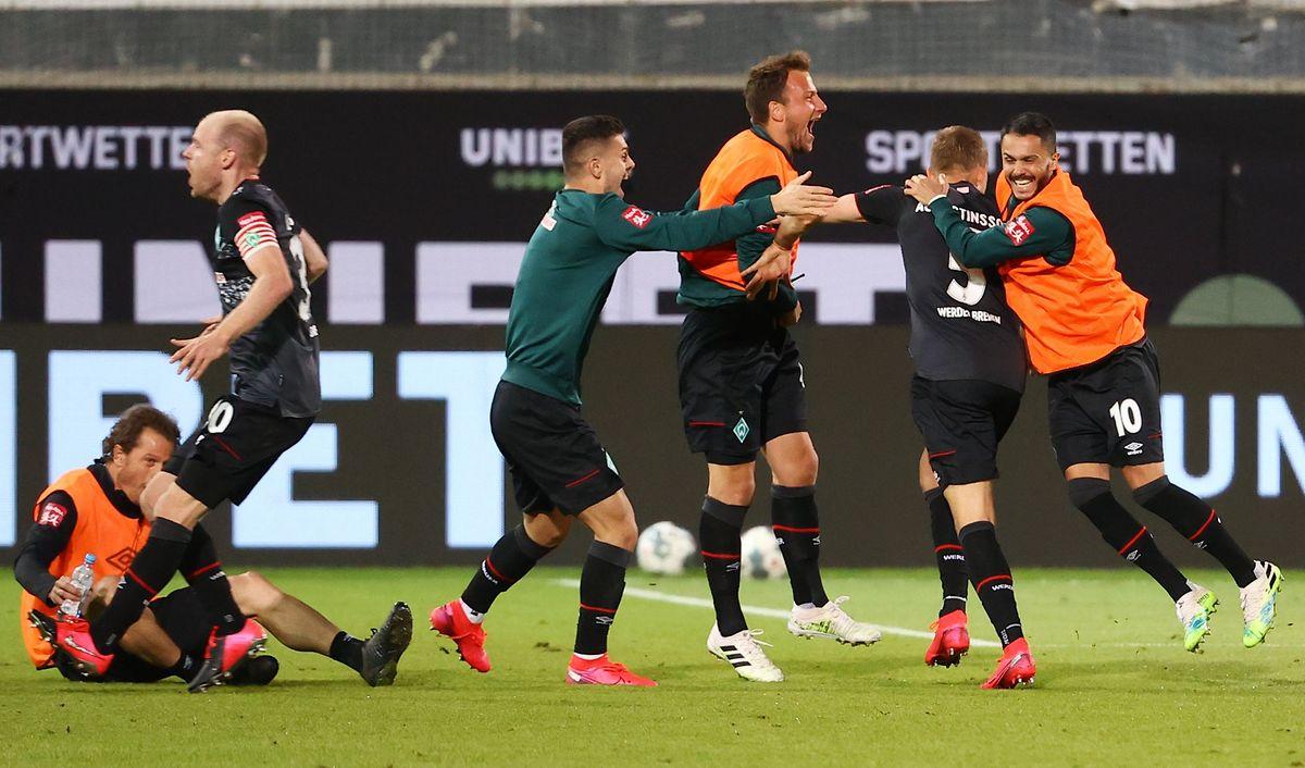 Grenzenloser Jubel: Für die Bremer Spieler gibt es nach dem Schlusspfiff kein Halten mehr.